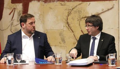 El vicepresident del Govern, Oriol Junqueras, i el president Puigdemont, en una imatge d'arxiu d'una reunió del consell executiu.