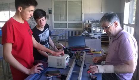 Els alumnes s'han fet càrrec de tot el procediment, des del disseny fins al muntatge, amb l'ajuda dels professors.