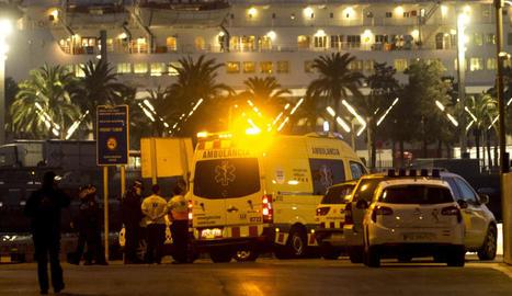 Una ambulància al moll pesquer de Barcelona.