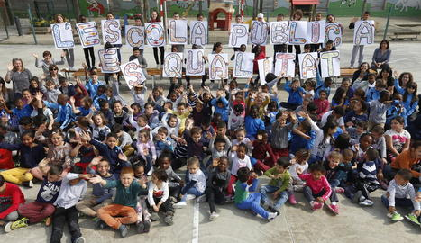 L'acció organitzada per la Fapac al col·legi Pardinyes per reivindicar l'escola pública.