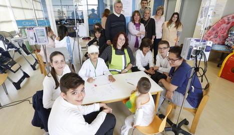 Taller de poesia a l'aula de l'hospital Arnau de Vilanova a càrrec d'alumnes del Col·legi Santa Anna.