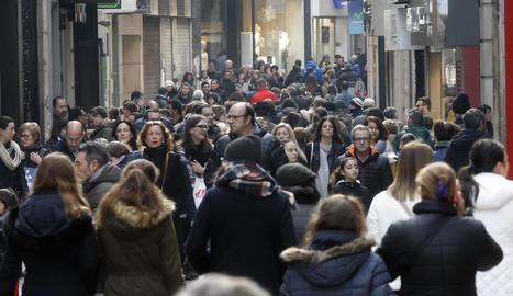 Compradors al carrer Major un dia de la campanya nadalenca.