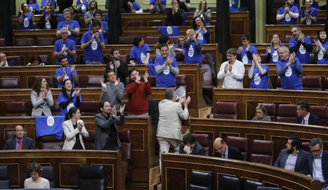 Polèmica al Congrés per una reivindicació amb samarretes de Podem per l'aigua pública.
