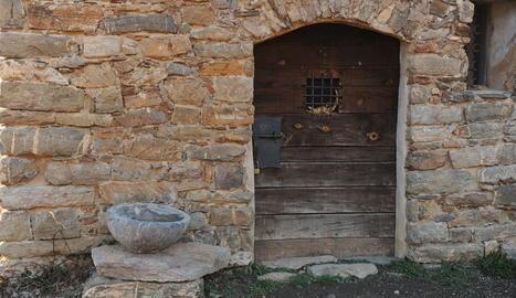 La 'reapareguda' pila d'aigua beneïda, ahir en un pedestal al costat de l'ermita de Sant Salvador d'Irgo.