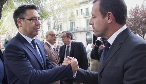 Josep Maria Bartomeu i Sandro Rosell se saluden després del funeral de Montal a Barcelona.