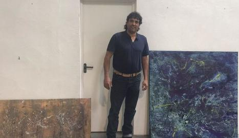 L'artista, durant la instal·lació dels quadres a Mas Blanch i Jové.