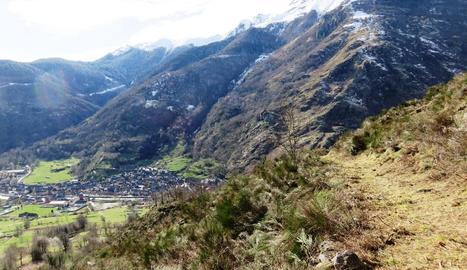 Vista del Camí de Casteret i la població de Bossòst al fons.