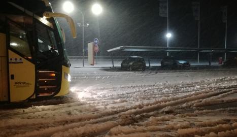 Autocar aturat entre Cervera i Tàrrega ahir a la matinada.