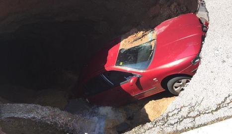 El cotxe que va caure en un forat a Viladecavalls (esquerra) i vista aèria del paisatge nevat al voltant dels molins de Belltall.