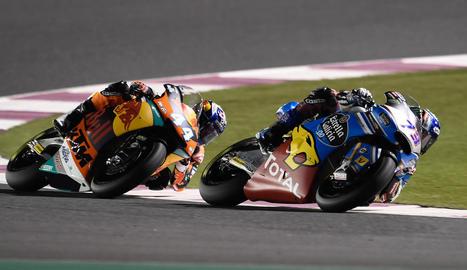 Marc Màrquez, en el moment de canviar de moto durant la carrera.
