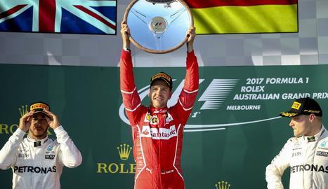 Sebastian Vettel celebra al podi el triomf en el Gran Premi d'Austràlia al davant dels Mercedes de Hamilton i Bottas.