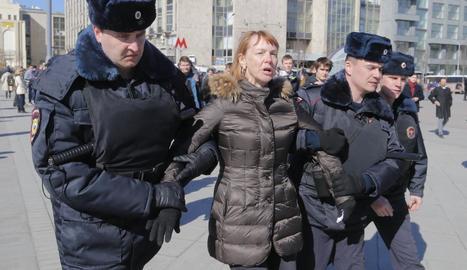 Policies russos arresten una persona durant la marxa contra la corrupció.