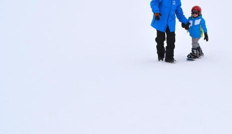 Practicant snowboard.