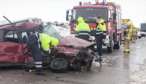 Una imatge de l'accident mortal de dissabte a la C-14 Claravalls.