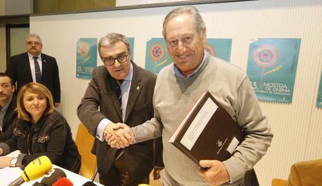 Juan Plasencia, ahir a l'IEI al costat d'una de les seues fotografies, la del cine Flotats de Tornabous.