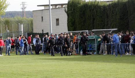 L'àrbitre de l'Artesa de Lleida-Blocs Joan Carles surt escortat pels Mossos diumenge passat.