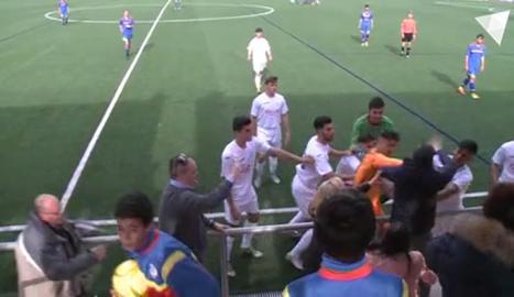 Una imatge de la baralla entre jugadors del Prat i un aficionat.