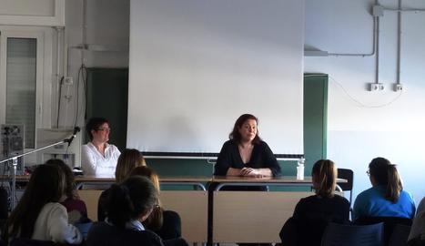 Care Santos, parlant amb els alumnos.