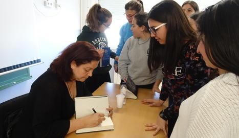 L'escriptora, firmant llibres als alumnes.