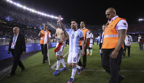 Messi surt del camp després del partit contra Xile a Buenos Aires.