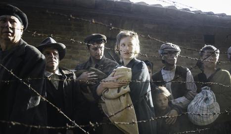 Està basada en fets reals ocorreguts durant la Segona Guerra Mundial i la postguerra espanyola.