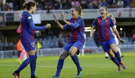 Vicky Losada, Patricia Guijarro i Alèxia Putellas celebren el primer gol de les blaugranes.