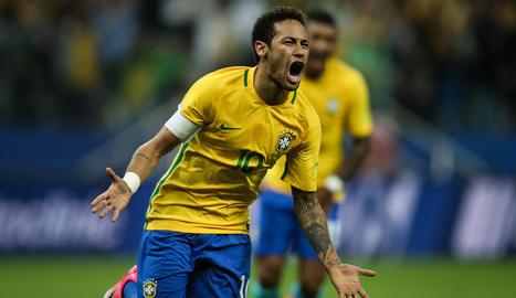 Neymar celebra el seu espectacular gol davant de Paraguai.