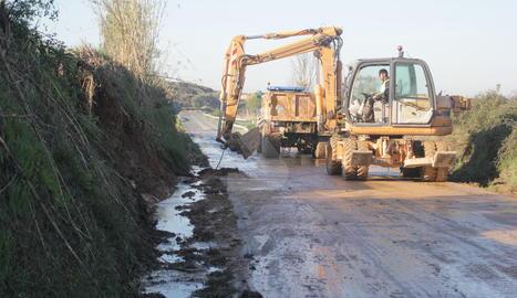 Maquinària treballant per poder obrir la carretera entre Montoliu de Lleida i Albatàrrech.