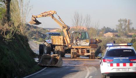 Els treballs per reobrir la carretera entre Albatàrrec i Montoliu de Lleida després del despreniment.