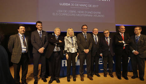 Els representants de les institucions i de l'associació Ferrmed, ahir a la Llotja de Lleida.
