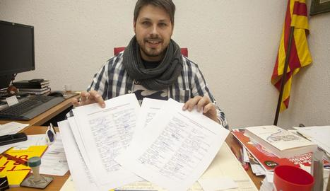 Eduard Piera mostra les firmes que han recollit.