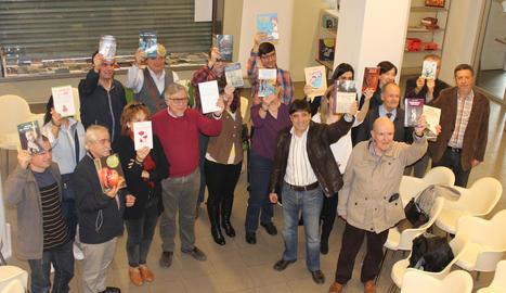 Una vintena d'autors lleidatans es van reunir ahir a la seu de Pagès per presentar les seues novetats.