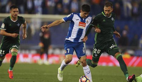Gerard Moreno lluita una pilota amb un defensa bètic.
