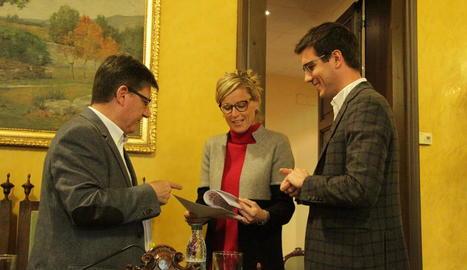 L'edil d'Economia, Montse Mínguez, amb Joan Vilella (PP) i Toni Postius (PDeCAT) abans del ple.