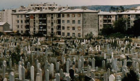 desactivadors. El brigada lleidatà Paco Gimena analitzant un terreny cercant explosius per evitar ferits civils a Bòsnia.