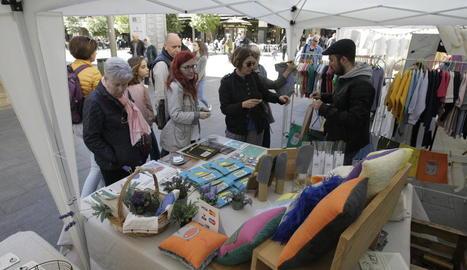 Joves artistes exposen les seues creacions al Mercat de les Idees