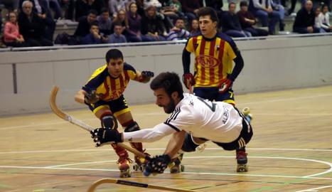 Una espectacular acció d'un jugador de l'Alpicat, durant el partit d'ahir contra el Tordera.