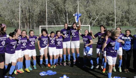Les jugadores de l'AEM celebren el títol de campiones tot just finalitzar el partit al camp del Pardinyes.