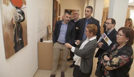 Maria Guinovart va guiar el conseller de Cultura, Santi Vila, per les dependències de l'Espai Guinovart.