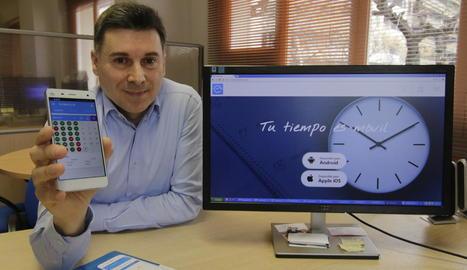 Leandre Palau mostra al seu mòbil la seua nova aplicació, 'Tu Horario'.