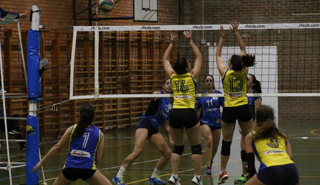 Jugadores del Saragossa intenten bloquejar un atac del CECELL.