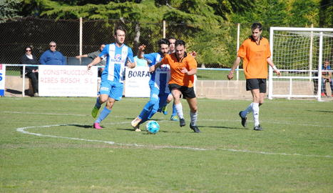 Un jugador de la Seu s'avança a un altre del Torregrossa per posseir la pilota.