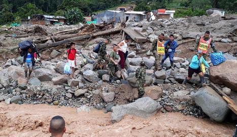 L'Exèrcit de Colòmbia ajuda els afectats per l'allau.