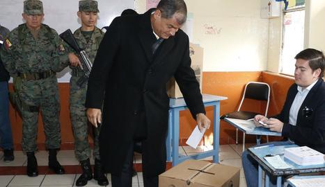 L'encara president Rafael Correa, votant.