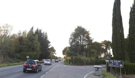L'accés del camí de l'Albi a la carretera d'Osca, molt transitat.