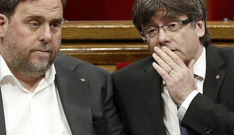 Oriol Junqueras i Carles Puigdemont durant el ple del Parlament.