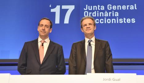 Jordi Gual i Gonzalo Gortázar durant la junta d'acciones de CaixaBank