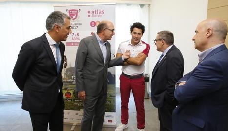 Organitzadors, el golfista professional lleidatà Carlos Pigem i les autoritats ahir durant l'acte.