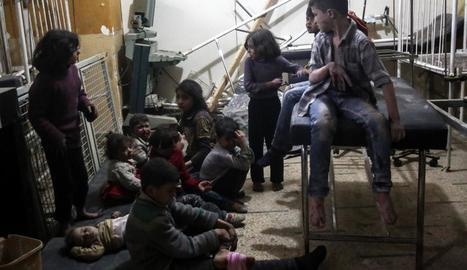 Uns nens miren de recuperar-se de l'atac químic de dimarts passat, foto d'arxiu.