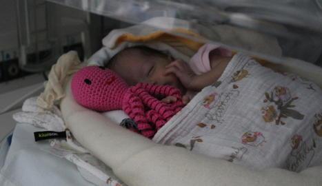 Un nadó prematur a l'Arnau amb un 'popet' solidari.